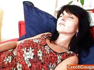 очаровательная мама показывает свои естественные сиськи и трахает отверстие
