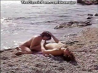 классические порно для сексуальных девушек на береге моря