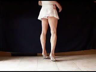 сексуальные каблуки мула и красивые ноги