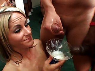 выпивка из стакана