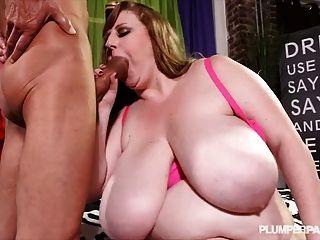 Сексуальная грудастая мамаша сапфир 38l трахает рана монстр