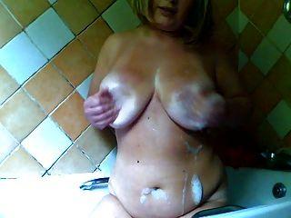 пухленькая девушка в ванной