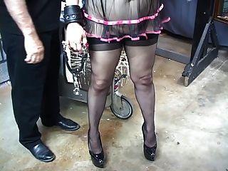 веселая сиська блондинка в подвязке получает ее задницу взбитыми до тех пор, пока она не станет ярко-красной