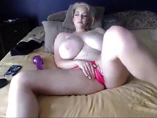блондинка татуировка на кровати больше