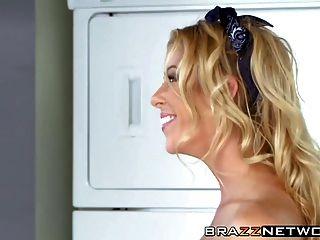 горячая и грудастая блондинка мамаша Alexis Fawx бьет своей подругой