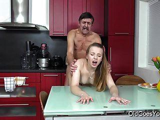 старый идет молодой парный секс на кухне между молодыми