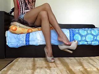 болтали мои нагие каблуки и показывали мои сексуальные длинные ноги