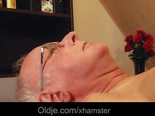 летний мужчина трахает молодых блондинки Masseuse Cums в рот