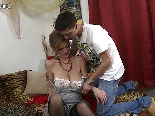 зрелая роговая мама делает запретную любовь с маленьким сыном