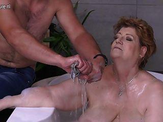 зрелые Bbw мама трахается сын в ванной