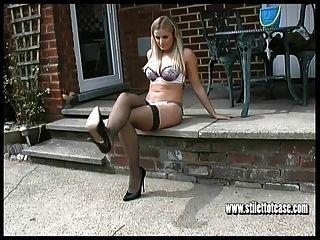 горячая блондинка дразнит на открытом воздухе в сексуальном нижнем белье и на высоких каблуках