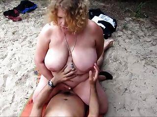 жена, трахающая незнакомца на пляже