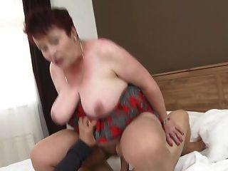 грудастая бабушка сосать и ебать мальчика