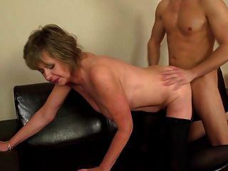 зрелая мама секс-мама сосать и трахать мальчика