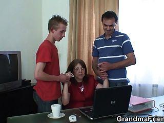 офис втроем с 80-летней бабушкой в чулках
