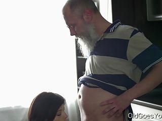 старая идет молодая сексуальная брюнетка-герра и ее мужчина