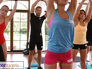 фитнес-залы потные расщепления в комнате, полной йоги-младенцев