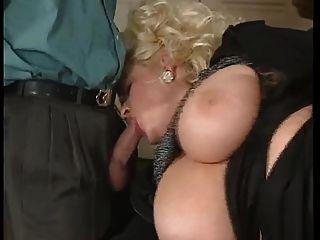 Bbw блондинка мамаша с большими сиськами, выебанная двумя мужчинами Dped