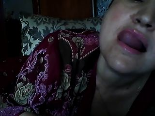 Горячая русская зрелая мама Елена играет на скайпе