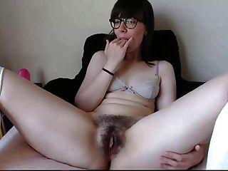 симпатичная брюнетка мастурбация и вкус ее собственной киски