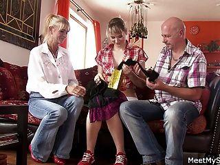 он находит ее чертовски со своей старой мамой и папой
