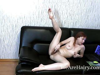трикси-полоски и мастурбирует на ее черном диване