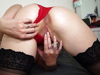 сексуальная любительская мамаша с маленькими, но обвисшими сиськами