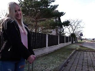 Takevan трудные времена для молодой блондинки в макет такси