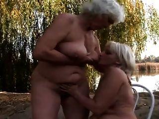 волосатые бабушки трахаются на открытом воздухе