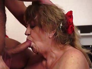 бабушка с огромными сиськами любит его сперму