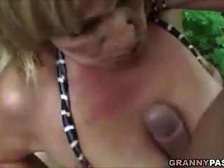 грудастая бабушка трахается в лесу