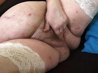 зрелая мама с очень большими сиськами и волосатой киской