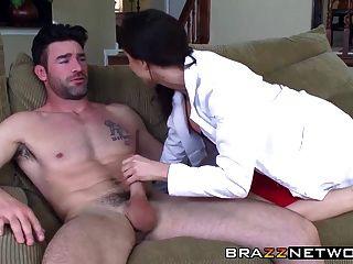 милый врач заботится о своем пациенте