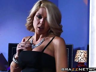 блондинка с большими сиськами едет петух