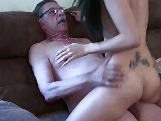 старик и молодая девушка 2