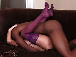 жена в нижнем белье трахает Bbc на диване