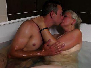 старая мама берет молодого члена в ванной