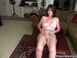 Американская мамаша Ava любит играть со своей старой киской