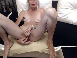 рогатая бабушка мастурбирует