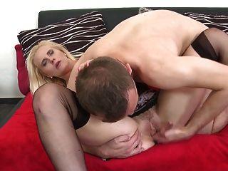 сексуальная зрелая мама соблазняет молодого парня