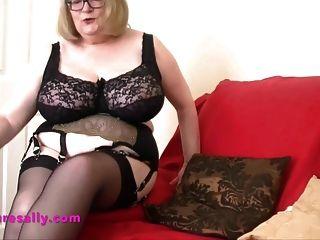 горячая бабушка в ретро подвязке и чулках