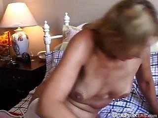 милый старый шпиндель в сексуальных чулках имеет приятный Wank