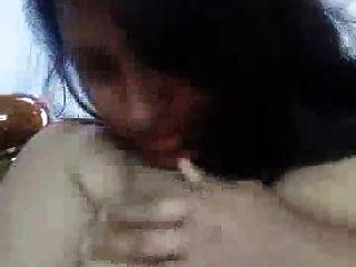 Горячая индийская девушка показывает большие сиськи на кулаке