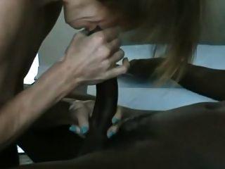 зрелая белая женщина сосет и трахает молодых черных