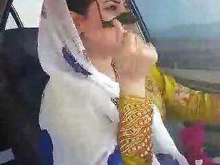 Iranian Sexy Hijab Milf танцует в автомобиле Ahvaz City