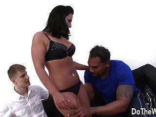 брюнетка жена Тиффани принимает большой черный член в ее задницу