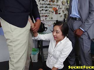 Трехходовый трахнул азиатку детка получает сперму в рот
