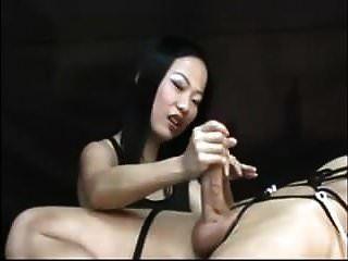 лучшая азиатская госпожа и ее рабыня мастурбирует