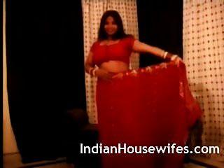 Индийская домохозяйка рыжая сари раздевается, выставляя большие попки