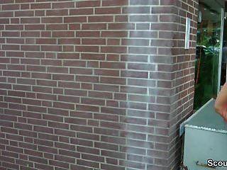 Немецкий рыжий подросток Лекси соблазняет трахаться на улице незнакомцем